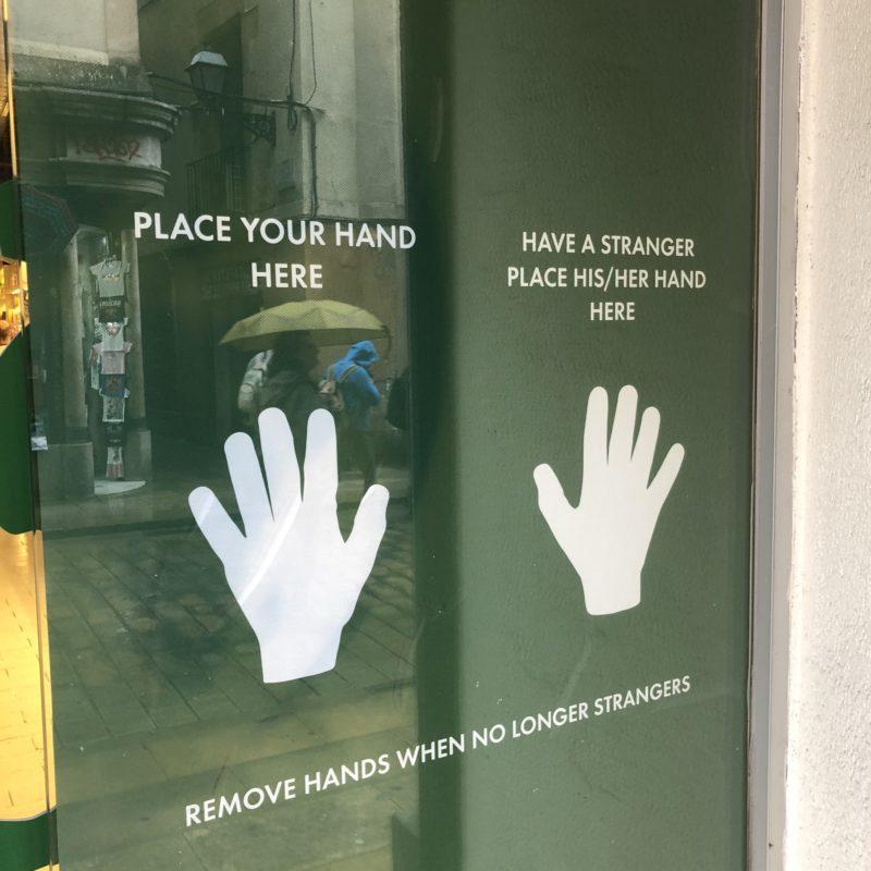 Eien Glaswand mit zwei Handabdrücken
