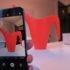 Foto von einer roten Gieskanne auf Smartphone; copyright: iXtenso/Abramov