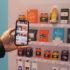Smartphone nimmt verschiedene Produkte im Regal auf; copyright: beta-web/Schlüter