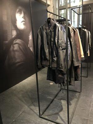 Ein Kleiderständer mit Kleidern in einer modernen Galerie
