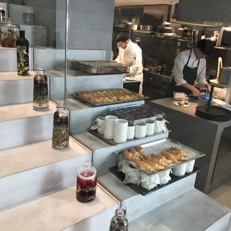 Treppenartige Bar mit Gourmetessen