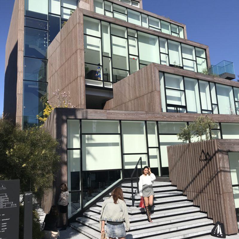 Ein modernes Gebäude von außen