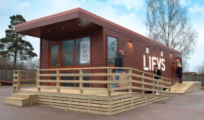 Self-Checkout-Store auf dem Land aus Holz; copyright: LIFVS