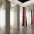 Umkleidekabine in weiß mit roten Vorhängen; copyright: PantherMedia / toxawww