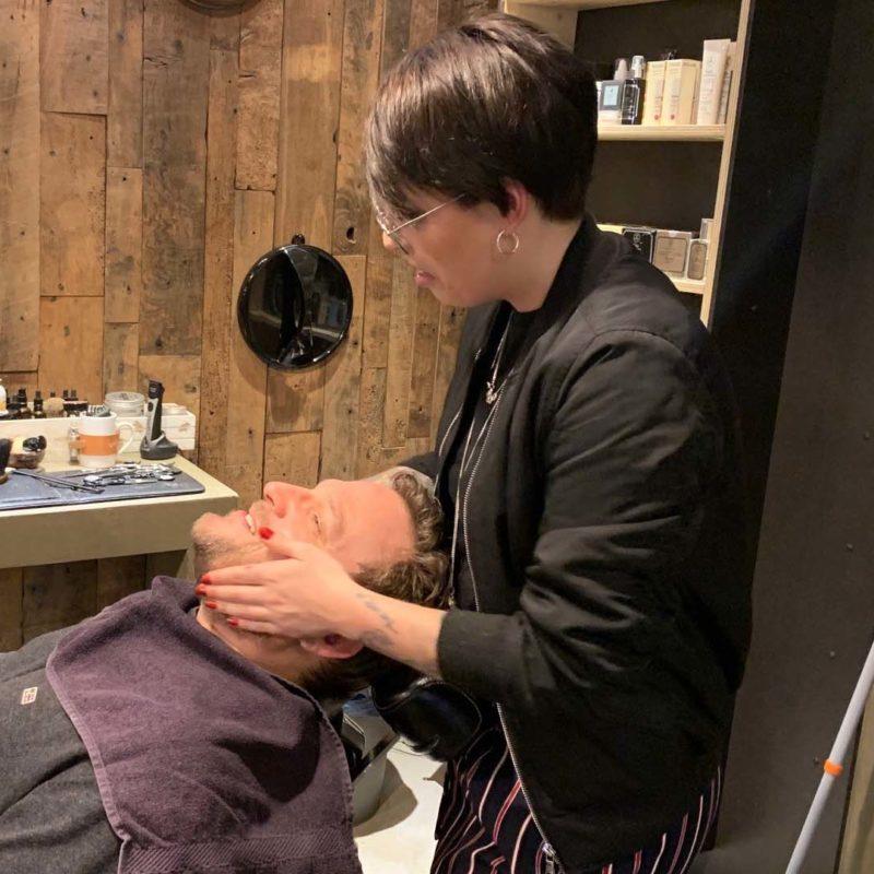 Oliver Leheis genießt im Barbershop eine Gesichtsmassage