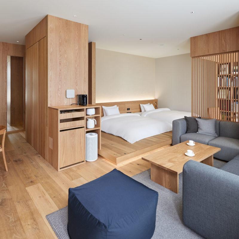 Ein modernes Hotelzimmer, schlicht gestaltet