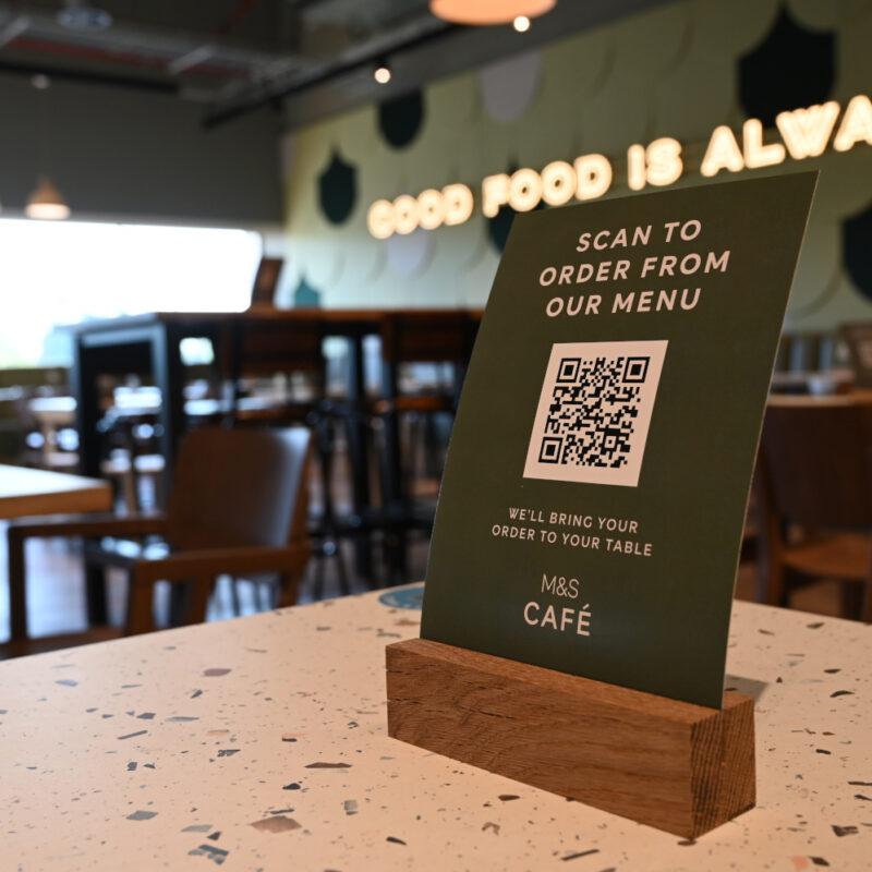 Ein Flyer mit QR-Code zum Bestellen in einem Café