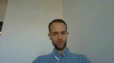 Mann bei einer Videokonferenz; copyright: beta-web GmbH/iXtenso