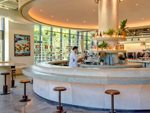 Große runde Bar mit Hockern als Zentrum der Warenpräsentation, © Neighbourhood Goods