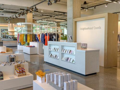 Heller Verkaufsraum mit Mix an Büchern, Mode und Geschenkartikeln vor der Kassenzone, © Neighbourhood Goods