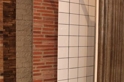 Bild: verschiedene Wandverkleidungen hängen hintereinander; Copyright: iXtenso