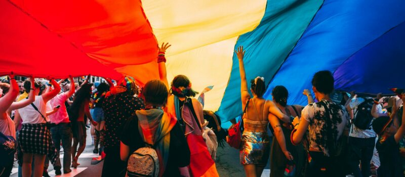 Stolz, bunt, divers: Pride Month im Retail