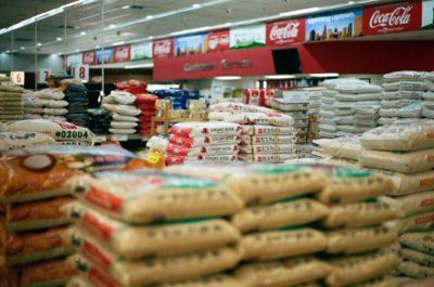 Ein Supermarkt mit vielen gestapelten großen Packungen