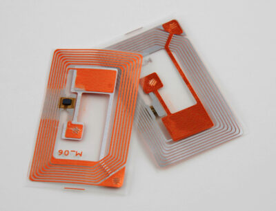 Orange-graue RFID-Tags vor hellem Hintergrund; copyright: PantherMedia/Albert Lozano