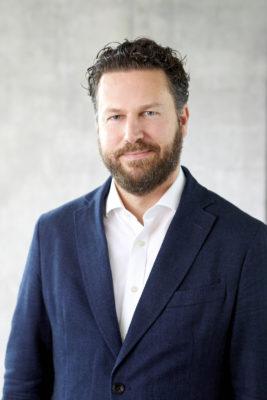 Ein Mann mit dunklen Haaren und Bart