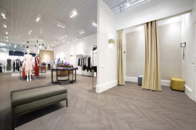 Fußboden im Fischgrätenmuster in einem Bekleidungsgeschäft; copyright: Debolon Dessauer Bodenbeläge