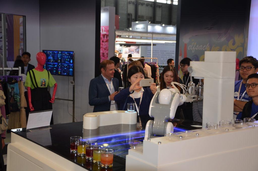 Roboterarm, der Drinks mischt; copyright: Messe Düsseldorf