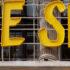 """Der Selfridges Corner Shop von außen mit dem Logo """"We shop"""""""