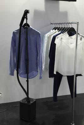 Bild: Hemd aufgehängt an einem mobilen Dampfglätter; Copyright: iXtenso