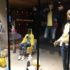 Shop window with sitting and standing mannequins in yellow-blue clothes; copyright: iXtenso/Pott