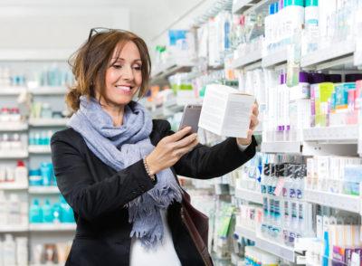 Frau scannt Produktpackung mit ihrem Smartphone im Supermarkt; copyright: panthermedia.net/SimpleFoto