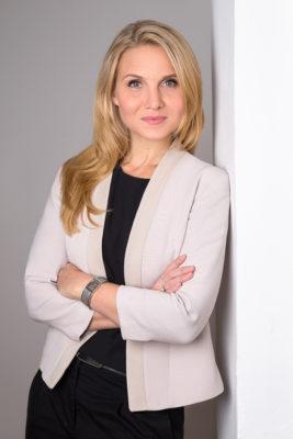 Sonja Moosburger steht an eine Wand gelehnt