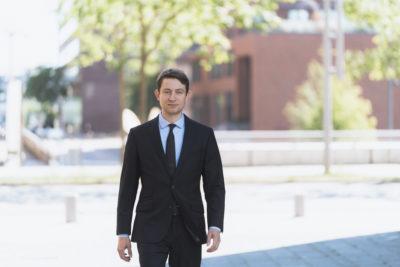 Mann in Anzug und Krawatte schaut in die Kamera; copyright: Arkwright Consulting