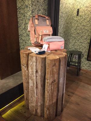 Ein Rucksack auf einem Baumstamm in einem Store
