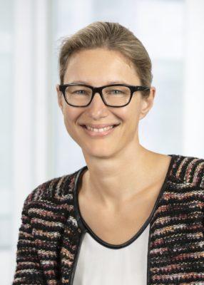 Frau mit kurzen Haaren und Brille lächelt in die Kamera; copyright_ ENGEL
