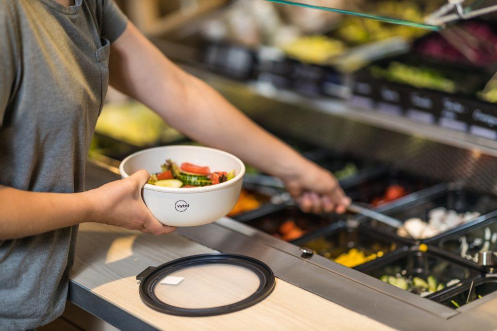 Eine Mehrwegschale von VYTAL an einer Salattheke
