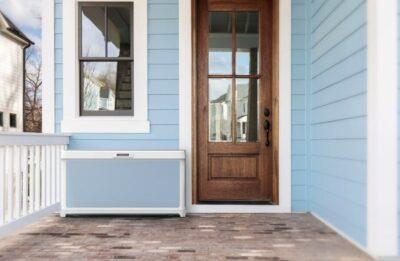 Hellblaues Haus mit brauner Holztür und Box vor der Tür; copyright: Walmart