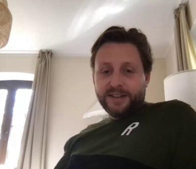 Ein Mann bei einem Webtalk schaut in die Kamera