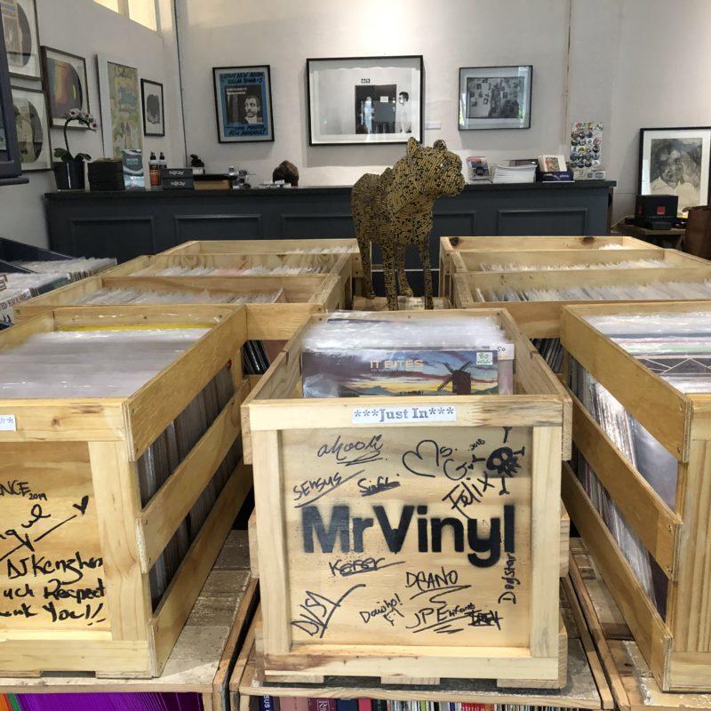 Blick in einen Plattenladen mit Schallplatten in Holzkisten