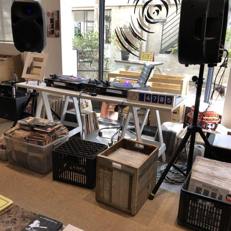 Blick in einen Plattenladen mit Schallplatten und Boxen