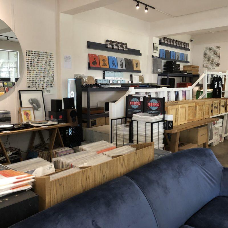 Blick in einen Plattenladen mit Schallplatten und Sofa