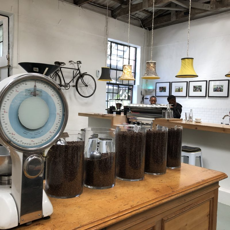 Blick in ein Cafe mit Bar und Kaffeebohnen in Schalen