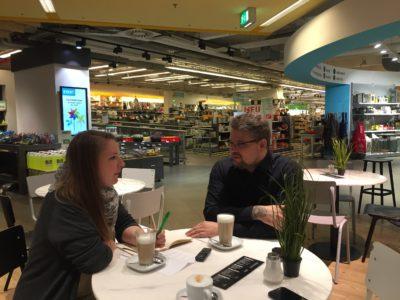 Eine Frau und ein Mann sitzen am Tisch und unterhalten sich