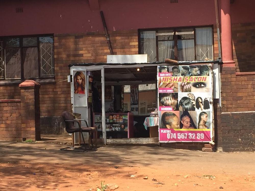 EuroShop.mag - Funny Retail: Waschen Schneiden Föhnen - Friseur in Johannesburg