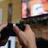 Hände, die einen Gaming-Controller halten, im Hintergrund ein Fernseher; copyright: twenty20photos