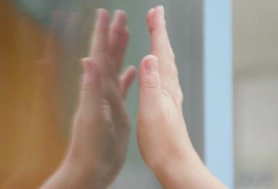 Eine Hand direkt vor einem Spiegel