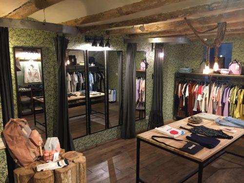 Bekleidungsgeschäft mit Kleiderständer und Theke