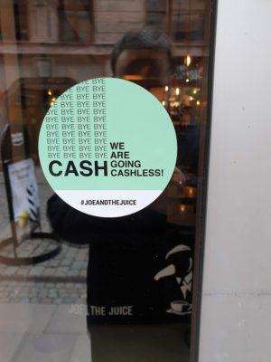 """Schild an einer Ladentür mit der Aufschrift """"We are going cashless"""""""