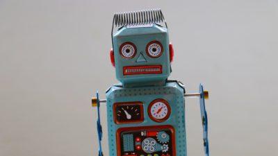 Ein kleiner blauer Spielzeugroboter; copyright: Rock'n Roll Monkey/Unsplash