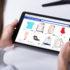 frau shopping online auf digitales tablet