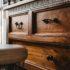 Kommode und Sessel in braun - Möbel
