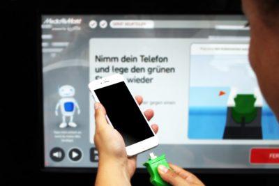 Smartphone wird mit Stecekr angeschlossen;