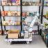Automatisierter Roboter vor Regal mit Waren; Copyright: Fraunhofer IPA/Foto: Rainer Bez