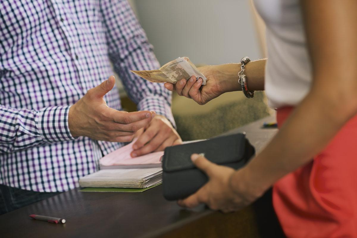 Finanzverhalten von Jugendlichen: Bezahlen per App oder Bargeld?