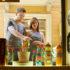 glückliche Leute mit paar im Fensterladen und beim Einkaufen; copyright:
