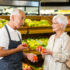 Salesperson talking to female customer in supermarket; copyright: panthermedia.net/ Wavebreakmedia ltd